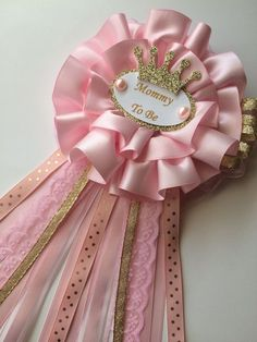 This beautiful corsage will look amazing in the future mom in a princess themed baby shower. Made from ribbon, embellishment, Kate trim, and a safety … – Baby Shower Distintivos Baby Shower, Gold Baby Showers, Baby Shower Princess, Baby Shower Gender Reveal, Girl Shower, Shower Party, Baby Shower Games, Baby Shower Parties, Shower Favors