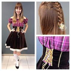 Hoje o look de frida é da Bruna!! Ela escolheu um vestido de veludo lindo e blusinha xadrez. Ao invés da tradicional tiara de flores, uma trancinha dá o charme extra para a produção. Arrasou Bruna! #oktoberfest #festa #lookdodia