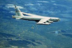 Flächenbombardement:  Ein amerikanischer B-52-Bomber wirft Bomben über...