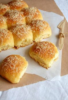 Parmesan Pull-Aparts / Pãezinhos de parmesão by Patricia Scarpin Bread Machine Recipes, Bread Recipes, Baking Recipes, Baking Desserts, No Salt Recipes, Milk Recipes, Bread Bun, Bread Rolls, Cooking Bread