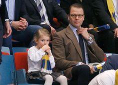 Prinsessa av Sverige - men en riktig drottning på läktaren. I helgen fick prinsessan Estelle, 4, följa med pappa prins Daniel för att se Sveriges första match i handbolls-EM.