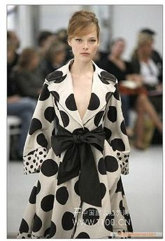 Chloe trench coat - now those are some polka dots! Dots Fashion, White Fashion, Dries Van Noten, Little Presents, Glamour, Dot Dress, Outfit, Designer, Style Me