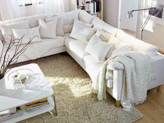 THE COZY INTERIOR IN THE LIVING ROOM WITH WHITE WALLS
