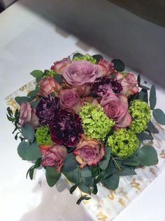 En dekorativ dekorasjon med lilla toner (stikketeknikk).