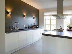Keuken inspiratie | Door de achterwand van je keuken te voorzien van afstekende kleur, komt je keuken meer tot zijn recht | interieuradvies |