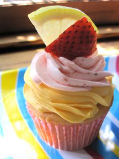 Strawberry Lemonade Cupcakes! Love the frosting.