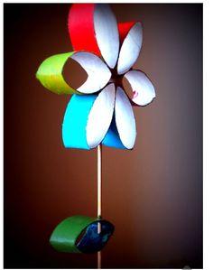 Flor con trozos de rollo de papel de w.c.