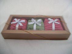 Caixa Listras de Natal  Para presentear pessoas que apreciam pão de mel; fofinhos e que dissolvem na boca, causando uma sensação deliciosa.  Caixa marrom dourado fosco com tampa de acetato fechamento com fio dourado e acompanha um adesivo de boas festas ou feliz natal. Contém 3 unidades de pães de mel de 60 gramas cada , sendo duas opções de sabor a escolher trufado tradicional, doce de leite ou damasco. R$ 18,00