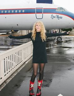 Taylor Swift at Graceland. She is standing in front of the Lisa Marie-one of the planes. Young Taylor Swift, Estilo Taylor Swift, Taylor Swift Pictures, Taylor Alison Swift, Taylor Swift Cute, Elvis Presley House, Graceland Elvis, Swift 3, Lisa Marie