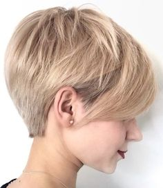 Long pixie hairstyles are a beautiful way to wear short hair. Many celebrities are now sporting this trend, as the perfect pixie look can be glamorous, elegant and sophisticated. Here we share the best hair styles and how these styles work. Bob Pixie Cut, Pixie Haircut For Thick Hair, Wavy Pixie, Long Pixie Cuts, Short Hair Cuts For Women, Short Hair Styles, Blonde Pixie, Ash Blonde, Short Choppy Haircuts