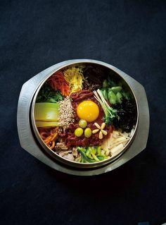 비빔밥은 조리가 끝난 재료들을 새롭게 조합하는 형식이라 완성된 재료들의 배합과 소스에 따라, 서로의 컨버전스를 통해 다채로운 맛이 새롭게 창조되는 음식이다. 만일 12가지 재료가 준비되어 있다면 이론적으로 4095가지의 비빔밥을 만들 수 있다. 지구상의 음식 중 가장 다채로운 맛을 개인들이 직접 만들어 먹을 수 있는 창의적이고 인터랙티브한 음식이다.