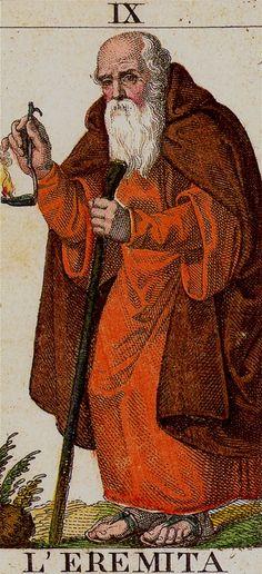 ROJO NOCTURNO, CENTRÍPETO, HEMBRA. Es el fuego del atanor alquimista donde se opera la digestión, maduración y regeneración del ser o de la obra. Por ello es el color del conocimiento prohibido a los no iniciados, esotérico; el que magos, sacerdotes y brujos ocultan bajo su capa o manto. IX. The Hermit: Classical Tarot (l'eremita)