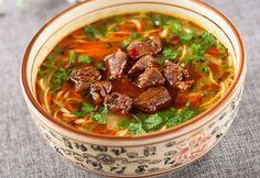 """台湾の牛肉麺を知っている人でも、「番茄」入りはあまり目にしたことがないかもしれません。番茄とは、トマトのこと。「なーんだ、それなら」という人も、実際に現地で味わってこそ""""台湾ツウ""""。ですが…、今回はそれを日本で再現してみよう!という提案です。牛肉のダシとトマトの酸味が身上の「番茄牛肉麺」は、そもそも私たちの知るラーメンとは麺に大きな違いがあります。それはかん水が使われていないこと。色も白く、..."""