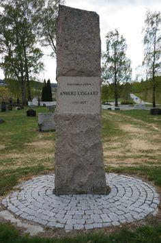 """Minnestein for eidsvoldmannen Anders Lysgaard (1755 - 1827) fra Biri. På baksiden av steinen står det: """"Sambygdninger reiste ham dette Minde 17. mai 1914"""". På Biri gravplass."""