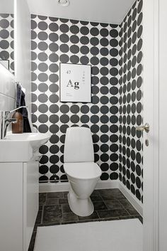 Black And White Wallpaper In Bathroom