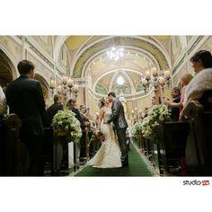 O beijo.  Saída da igreja.  Cerimonia.de casamento na Igreja Santa Terezinha em Curitiba. Festa de Casamento no Hípica ❤ Decoração lindíssima e muita inspiração para noivas.