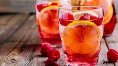 Užívejte si domácí limonády. Od malinového potěšení po okurkové drinky - iDNES.cz Berry Sangria, Peach Sangria, Mint Mojito, White Sangria, Raspberry Lemonade, Pink Prosecco, Prosecco Punch, Different Kinds Of Fruits, Rose Cocktail