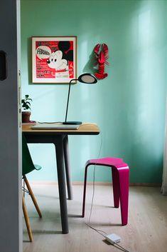 Die Leaf-Tischleuchte von Muuto passt mit ihrer organischen Form in die moderne Einrichtung. Das stilvolle, aber schlichte Gehäuse in Form eines Blatts lässt sich drehen und ist mit einem dimmbarem LED-Licht ausgestattet. Led Licht, Aluminium, Form, Desk, Furniture, Home Decor, Modern Interiors, Light Fixtures, Desktop