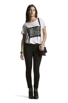 Deleila Tee with Concorde Slim HW Jeans, ørestikker fra @byzial (instagram)