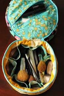 Girl Friday Sews {Traveling in Circles Tote} - Bryan House Quilts : TUTORIAL for round tote really cute with lots of organizing pockets! -dmw Bryan House Quilts: Girl Friday Sews {Traveling in Circles Tote} Sewing Blogs, Sewing Hacks, Sewing Tutorials, Sewing Crafts, Sewing Projects, Sewing Patterns, Makeup Bag Tutorials, Sewing Diy, Bag Patterns