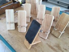 Artesanatos com sobras de madeira baby girl hair cut style pics - Baby Hair Style Small Wood Projects, Diy Pallet Projects, Diy Phone Stand, Tablet Stand, Wooden Phone Holder, Wood Tea Light Holder, Diy Cadeau Noel, Bois Diy, Mosaic Wall Art