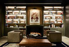 Il caminetto nella sala lettura del Club privato dell'Hotel Sixty Soho a NY, recentemente rinnovato dai fratelli Pomeranc e Tara Bernerd