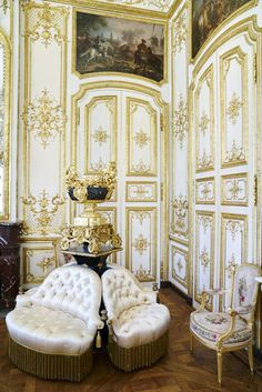 Eye For Design: Decorating With the Borne Settee Tv Furniture, Modern Furniture, Furniture Design, Arabian Decor, Castle Bedroom, Grand Homes, Interior Decorating, Interior Design, Settee