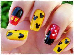 Manicura inspirada en Mickey Mouse.