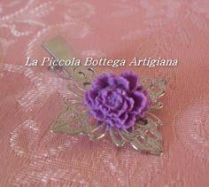 Pinzetta per capelli in metallo argentato con filigrana a fiore a quattro petali con fiore in resina viola