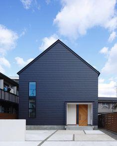 #camper と同時期に #suzuya house も #studio-batsu さんに撮ってもらいました‼︎ ・ やっぱプロの写真は #空が違いますなぁすごく #いい写真 ・ #suzuya #家具屋 #切妻 #家型 #完成写真 #カメラマン #青空 #ブラック #house #新築 #レッドシダー #ガルバリウム #横ガルバ #名古屋市#木製ドア #三角屋根のおうち #外観デザイン #昭和区 #御器所 #名古屋市 #architecturephotography #architecture #photo #家づくり記録 #設計事務所名古屋 #フィールドの家