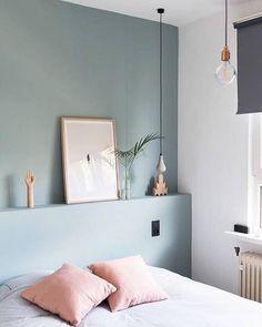 A cabeceira foi feita dando continuidade ao mesmo tom da própria parede, e ainda funciona como apoio para a decoração! . Quer ideias para sua casa? Fala com a gente! . #cabeceira #bedroom #decor #architecture #design #conectarq