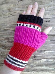 Halvvante cerise och röd by StudioMagentaVF on Etsy Veronica, Fingerless Gloves, Arm Warmers, Mittens, Magenta, Knit Crochet, Trending Outfits, Handmade Gifts, Studio