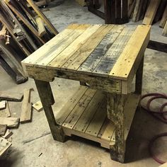 New wood pallet bar stools side tables 23 ideas Pallet Bar Stools, Wood Pallet Bar, Pallet Side Table, Wooden Pallet Projects, Pallet Crafts, Woodworking Projects Diy, Wooden Pallets, Side Tables, Pallet Furniture Shelves