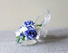 . ガラスの靴�� . #オーダー製作 #結婚祝 #ガラスの靴 #ロマンチック #ホワイトブルー #アーティフシャルフラワー #エッチング作家 #lupinusmiho #コラボ作品 #フラワーフォンティーヌ #香川県 #ご注文ありがとうございました #weddinggift #flower_fontaine #glassartlupinus #kagawa #ringpillow #リングピロー #お好みのお色で製作いたします http://gelinshop.com/ipost/1524742028604542709/?code=BUo-MvtFQ71