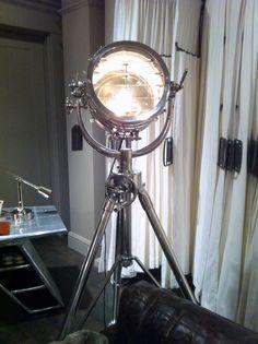 Reproduction d'un projecteur de la marine britannique du 19ème siècle, utilisé pour communiquer en code Morse, entre 2 paquebots. Vendu 1795 $