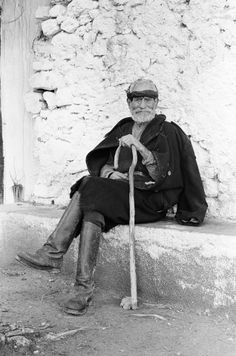 Pinned using PinFace! Vintage Pictures, Old Pictures, Old Photos, Crete Greece, Greece Art, Battle Of Crete, Jean Giono, Zorba The Greek, Greek Soldier