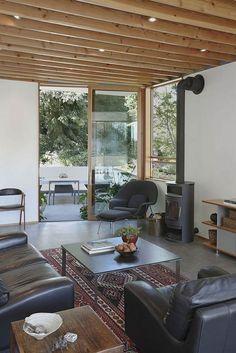 Holzdecke weiße Wände Wohnzimmer Landhausstil Kilim