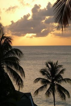 Fancy a Caribbean sunset? Check out these tips on the 6 best Caribbean Islands for island hopping. #Caribbean #CaribbeanIslands #Islands