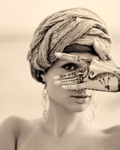 Photo of the day: Mehndi seduction | Bellydance Vogue
