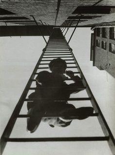 Rodchenko utiliza planos picados, contra-picados, oblíquos, tons monocromáticos, e usa padrões criados pelas formas figurativas da fotografia.  A fotografia tem mais influência, que a imagem gráfica.