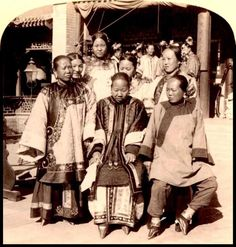 "Chinese women with bound feet. ""El Albergue de la Sexta Felicidad / The Inn of the Sixth Happiness"". Alan Burgess"