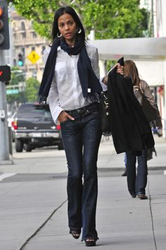love her style Zoe Saldana, Royal Blue Outfits, White Shirt And Blue Jeans, Estilo Jeans, Style Star, Perfect Jeans, Glamour, Love Her Style, Weekend Wear