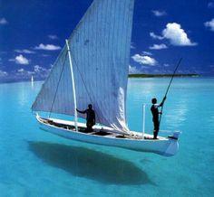 ここまで海がきれいだと舟が浮いて見える。