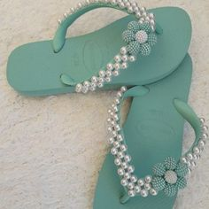 Hawaiian slipper embroidered with pearls Flip Flop Shoes, Flip Flops, Flip Flop Craft, Bold Necklace, Diy Hair Bows, Glass Slipper, Antique Lace, Gisele, Diy Hairstyles