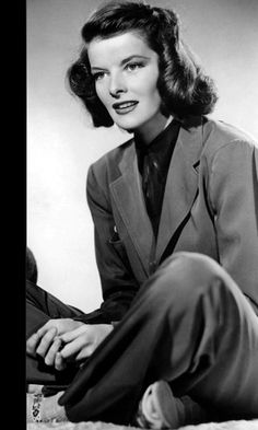 """Katharine Hepburn rocked the pantsuit was before it became popular with women. She was also famous for her """"refusal to play the Hollywood Game, always wearing slacks and no makeup, and never posing for pictures or giving interviews. Katharine Hepburn, Classic Actresses, Hollywood Actresses, Classic Hollywood, Old Hollywood, Divas, Style And Grace, Fashion Advice, Movie Stars"""