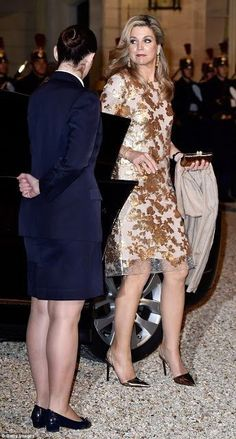 The Dutch Queen wore a gold-sequinned dress for a state dinner in Paris held by French leader Francois Hollande in honour of Maxima and King Willem-Alexander on their two-day visit. Dinner In Paris, Style Royal, Nude Outfits, Estilo Real, Royal Red, Queen Maxima, Royal Fashion, Red Carpet Fashion, Nassau