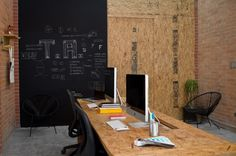 cool osb office desk and chalkboard wall Office Workspace, Office Walls, Plywood Desk, Interior Stair Railing, Bunk Beds Built In, Design Studio Office, Desk Layout, Restaurant Interior Design, Industrial House