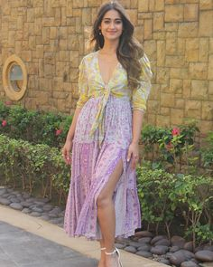 Ileana D'Cruz Is All Smiles As She Poses For Camera While Promoting Pagalpanti - HungryBoo Bollywood Actress Hot Photos, Indian Actress Hot Pics, Indian Bollywood Actress, Beautiful Bollywood Actress, Indian Actresses, Beautiful Actresses, Bollywood Dress, Bollywood Girls, Bollywood Fashion