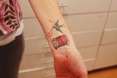 Schwalbe mit Nähgarn #Tattoo #ink #Handarbeit #crafty #selbermachen #diy #fancywork #Garn #Spule #Faden #nähen #Vogel #Schwalbe #rot #Handgelenk