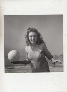 E' considerata una delle più grandi collezioni private di foto di Marilyn Monroe quella che verrà battuta all'asta il prossimo 26 novembre, in Inghilterra. Oltre 30 scatti, alcuni molto famosi, altri mai visti prima, che ripercorrono la carriera dell'attrice, a partire dai suoi esordi (lei, a 15 anni, con il fiocco bianco tra i riccioli castani) fino all'estate del 1962, con uno dei suoi ultimi servizi fotografici. Valore della collezione: 100mila euro foto Mullock's/IBERPRESS